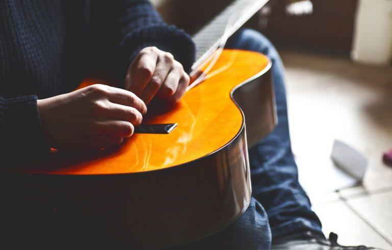 چگونه سیم گیتار آکوستیک را تعویض کنیم؟