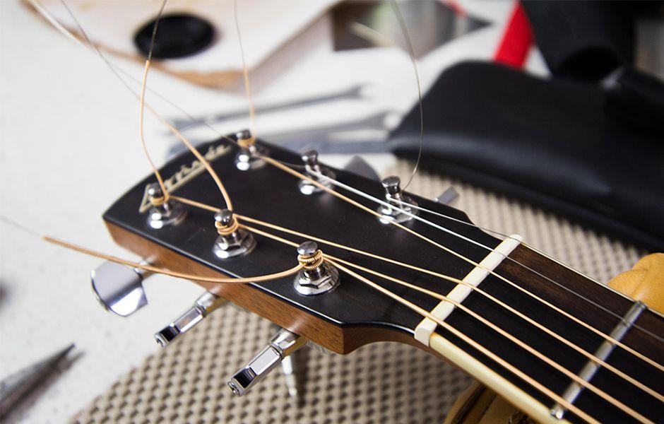 how to change acoustic guitar strings 4344354366 - چگونه سیم گیتار آکوستیک را تعویض کنیم؟