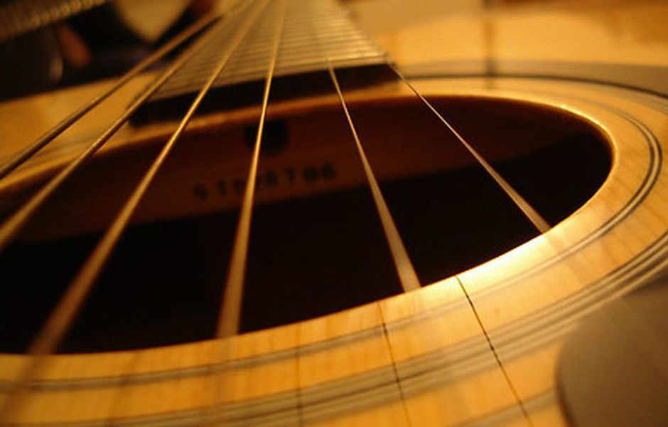 how to change acoustic guitar strings 54667657 - چگونه سیم گیتار آکوستیک را تعویض کنیم؟