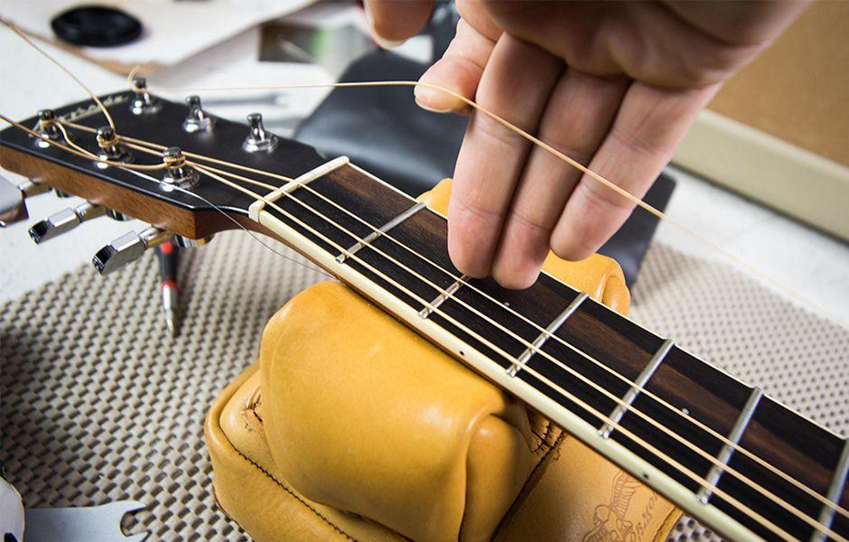 how to change acoustic guitar strings 56557567 - چگونه سیم گیتار آکوستیک را تعویض کنیم؟