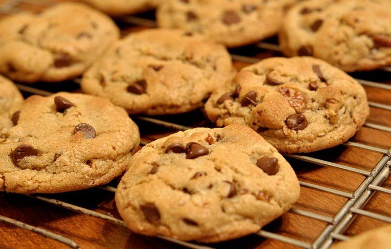 how to make chocolately chip cookies 324423423423424 - چگونه بیسکویت شکلاتی ساده بپزیم؟