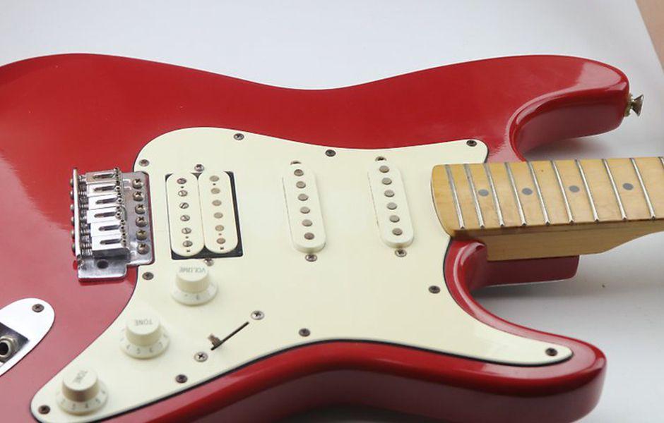 how to change electric guitar strings 5546546 - چگونه سیم گیتار الکتریک را تعویض کنیم؟