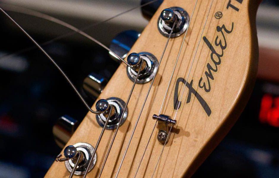how to change electric guitar strings 657787989 - چگونه سیم گیتار الکتریک را تعویض کنیم؟