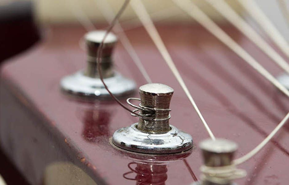 how to change electric guitar strings 7868989 - چگونه سیم گیتار الکتریک را تعویض کنیم؟