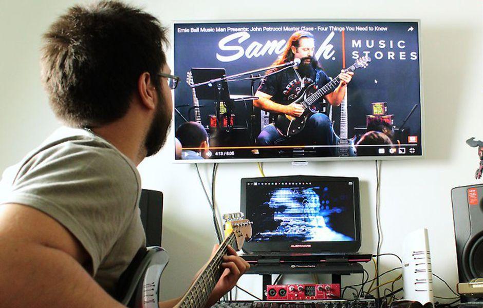 how to play electric guitar 326457657 - چگونه گیتار الکتریک بزنیم؟