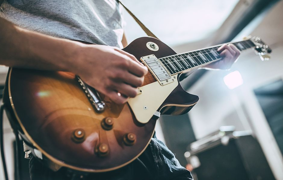 how to play electric guitar 546589879 - چگونه گیتار الکتریک بزنیم؟