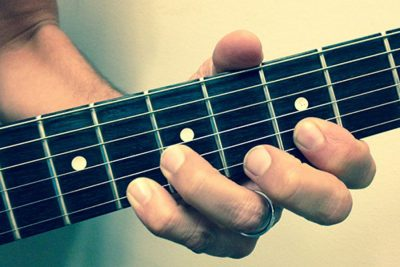 how to avoid pain in left hand while playing guitar 4546768 - چگونه هنگام گیتار زدن از درد گرفتن دست جلوگیری کنیم؟