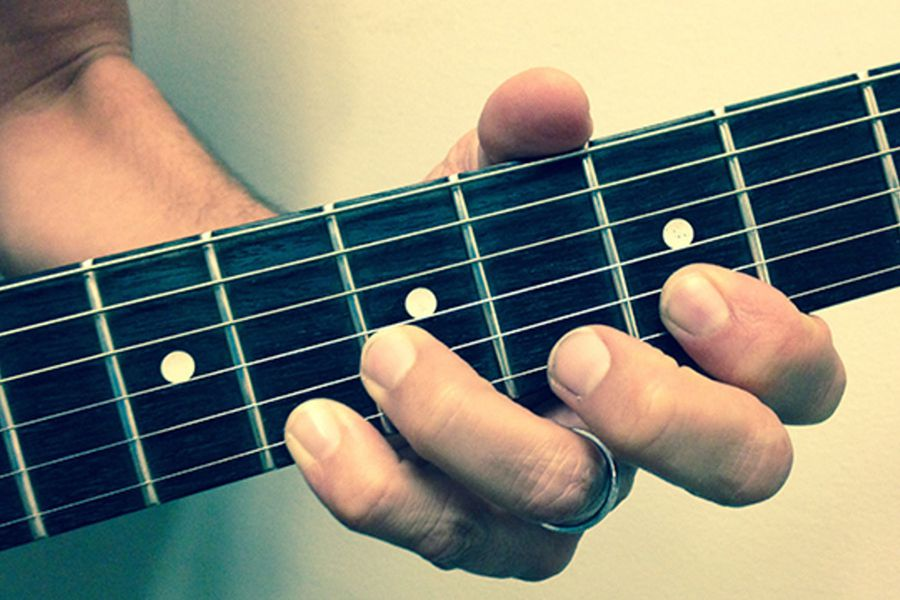 how to avoid pain in left hand while playing guitar 4546768 - چگونه گیتار الکتریک بزنیم؟